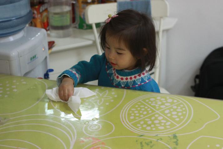 幼儿擦桌子图片