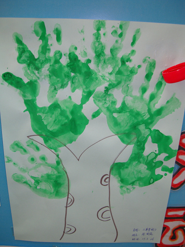 粉2班:王乐馨小朋友手印画《大树》