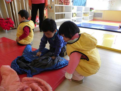 """""""大带小""""幼儿社会性活动——我来教你叠衣服"""