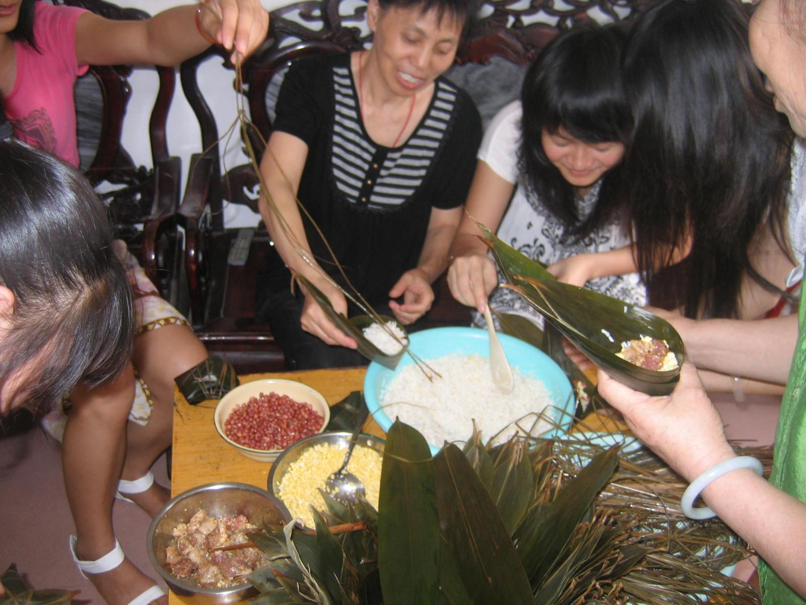 端午节教师包粽子活动