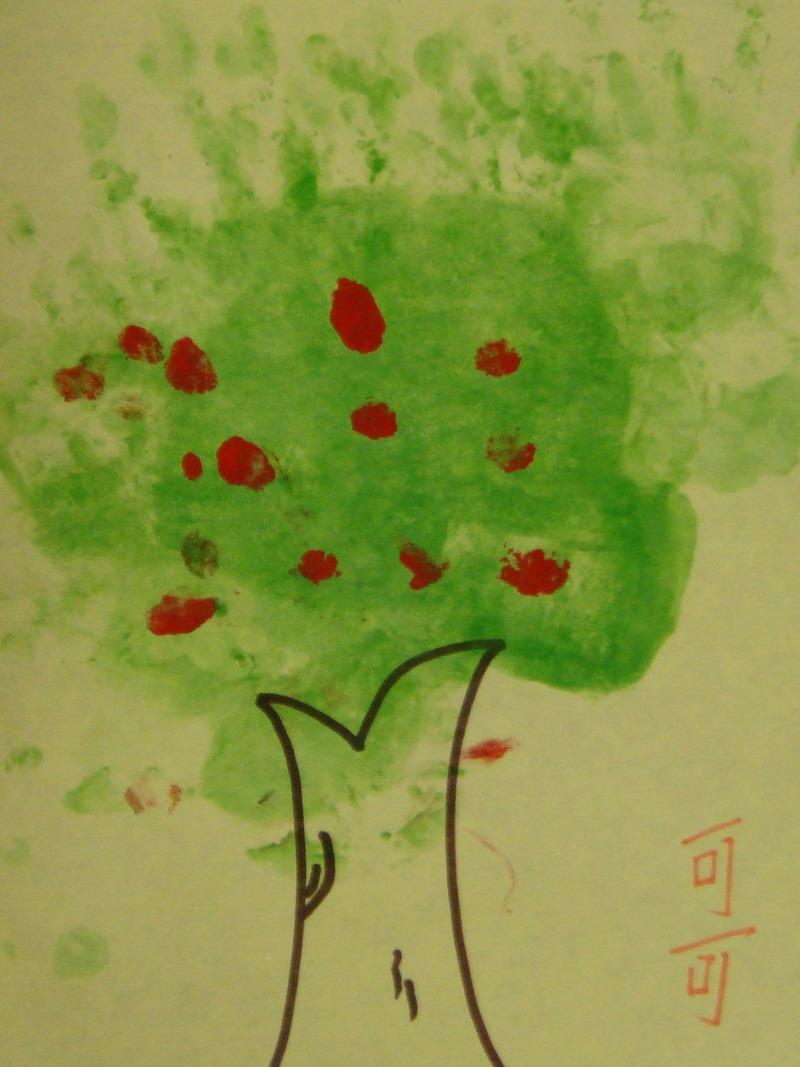 手掌和手指沾染颜料,涂鸦大果树. 通过本活动训练幼儿手部的触