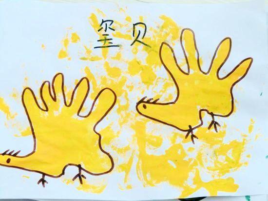 小鸡,小鱼等等一幅幅 有趣的手掌印花在老师和小朋友的齐心合力下完成图片