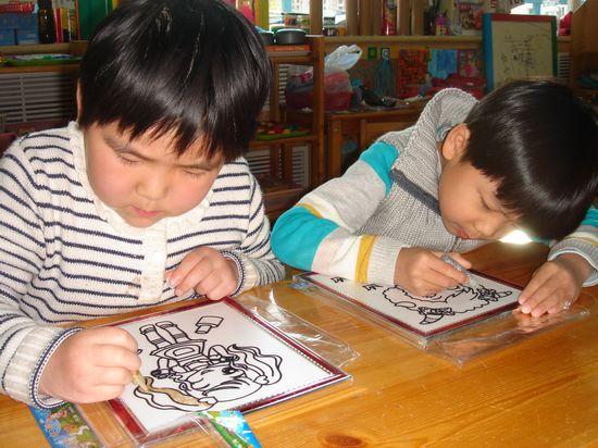 胶画课上每个小朋友都有自己喜欢的卡通人物画板,