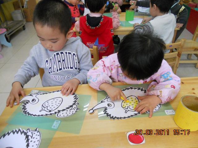 小刺猬摘果子 _ 红黄蓝|早教|早教中心-从那以后后的小刺猬总是会替图片