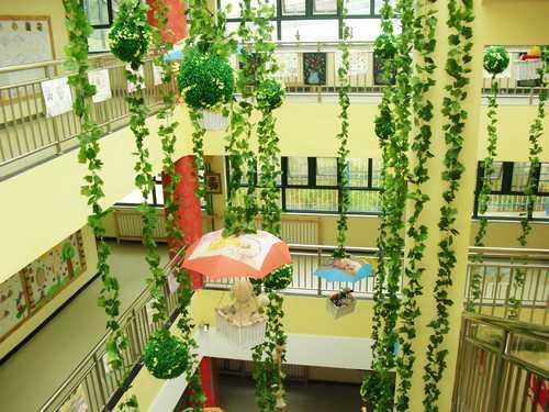幼儿园大厅的吊饰