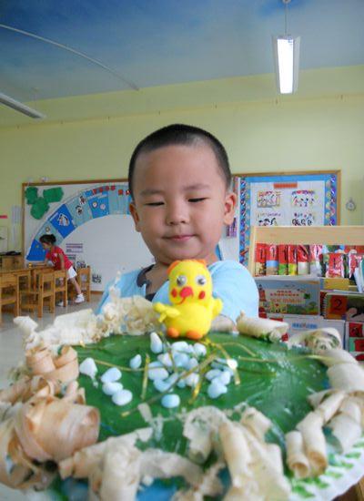 用我们幼儿园提供的超轻粘土捏出可爱的小动物