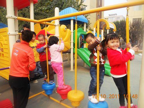 幼儿园的快乐生活  都排好队尽情的玩滑梯