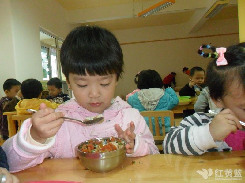 小孩子吃飯的照片