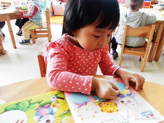 给小兔子穿上新衣服-我给小书贴贴画 红黄蓝 早教 早教中心 中国儿童