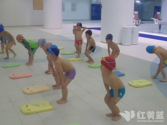 小孩子游泳图片可爱