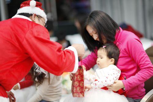 圣诞老人正抱着小美女