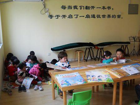 在图书馆里看书我们会学到很多知识!-快乐读书图片
