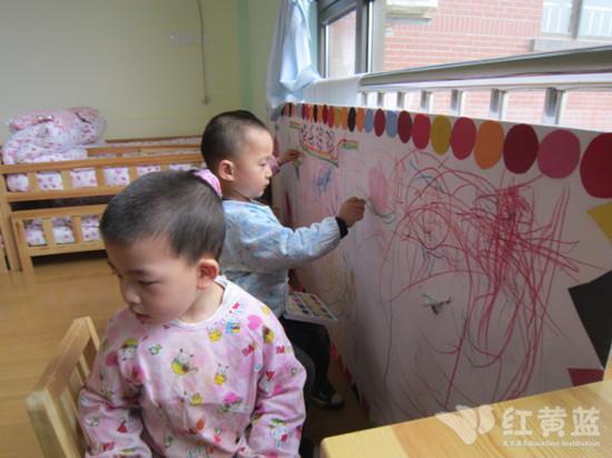 这是我们美工区的快乐涂鸦墙!