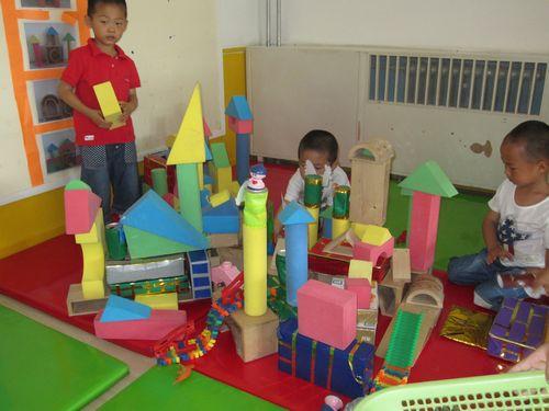 建构区的小朋友很快就搭建好了一座美丽的城堡