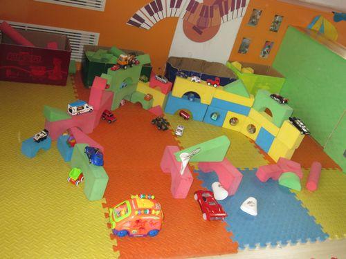 建构区小朋友搭建的停车场