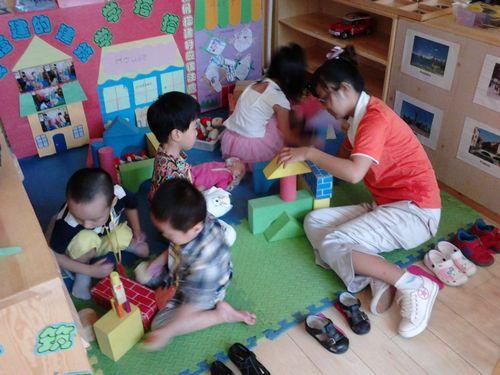 利用不同形状的积木搭建起漂亮城堡.-我要当小小建筑师 国际班