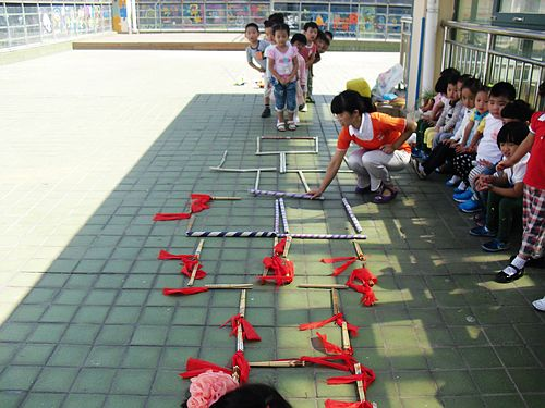 —跳房子,老师说这是老师们小时候玩过的游戏