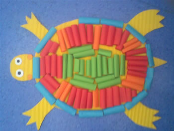 我们用了漂亮的颜色,漂亮的彩纸,给小乌龟设计了漂亮的新衣服