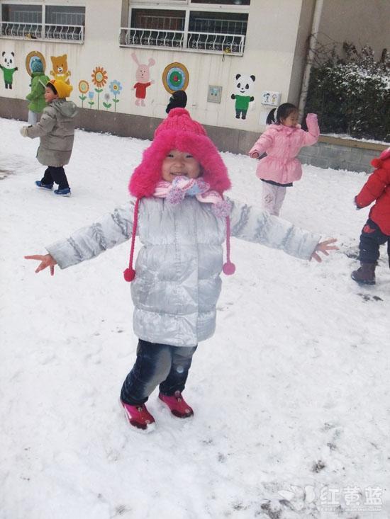 打雪仗,一会扫扫雪,一会团雪球,虽然小朋友的雪球落在我身上有些图片