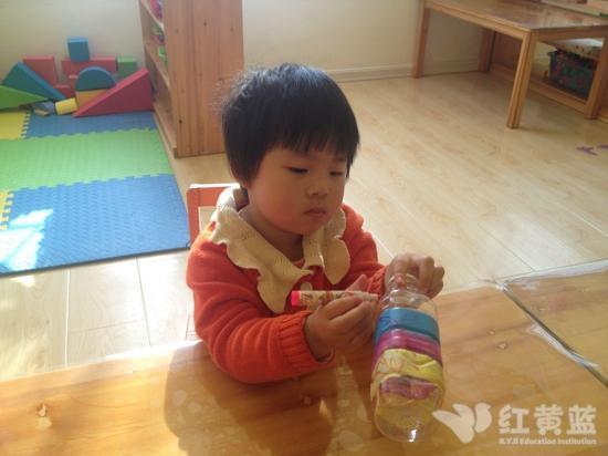 宝宝们在做手工——红黄蓝幼儿园