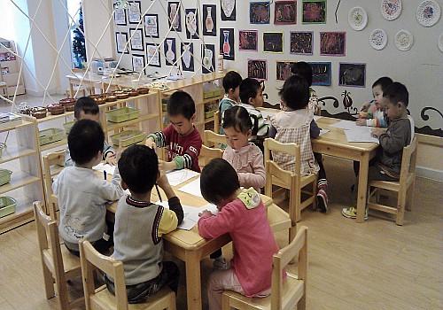 一家人吃飯的兒童畫