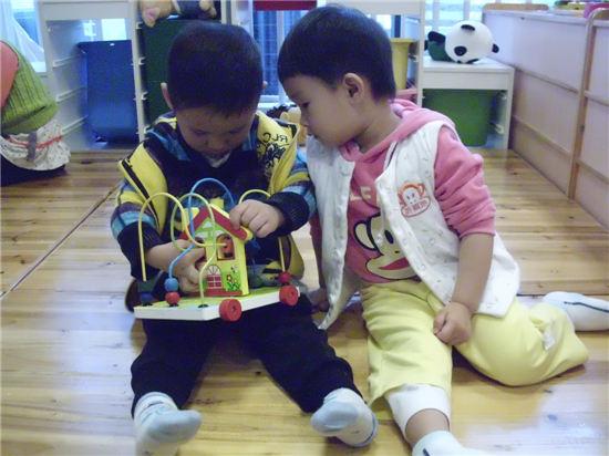 粉三班:玩玩具;; 幼儿争抢玩具