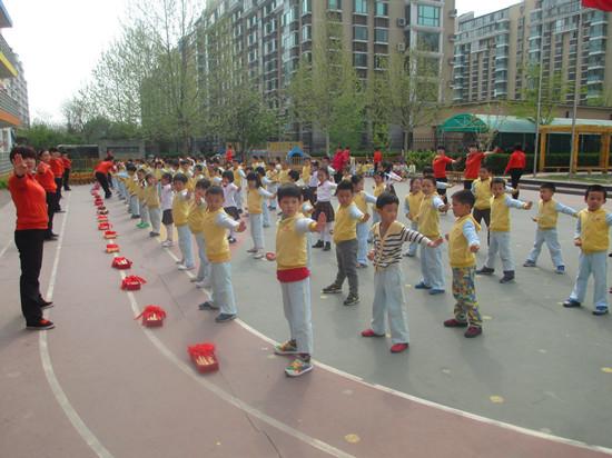 大班的小朋友们表演武术操