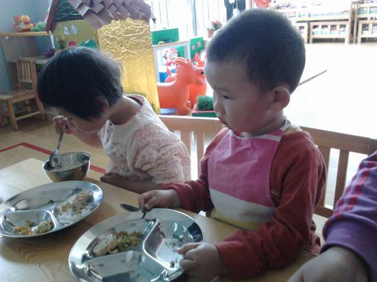 吃饭了,个别几个小朋友也正在努力呦~相信用不了多长