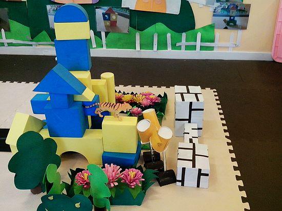 建构区的积木宝宝搭建的小城堡宽敞又美丽;