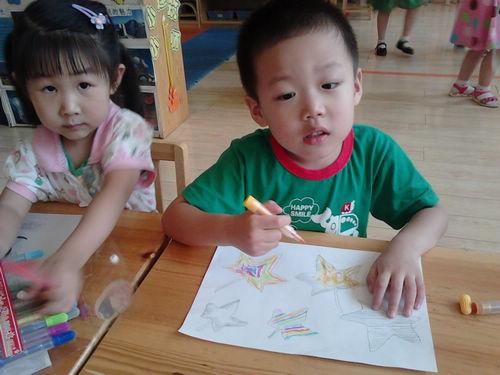 今天小朋友们学会了画手工画,美术老师交给我们画手工蝴蝶,