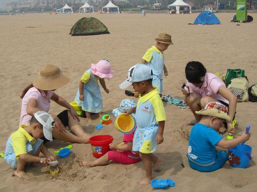 小孩海边游泳图片大全;