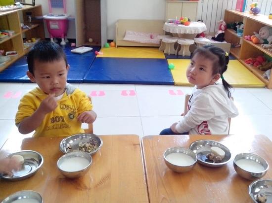 猪吃饭图片可爱