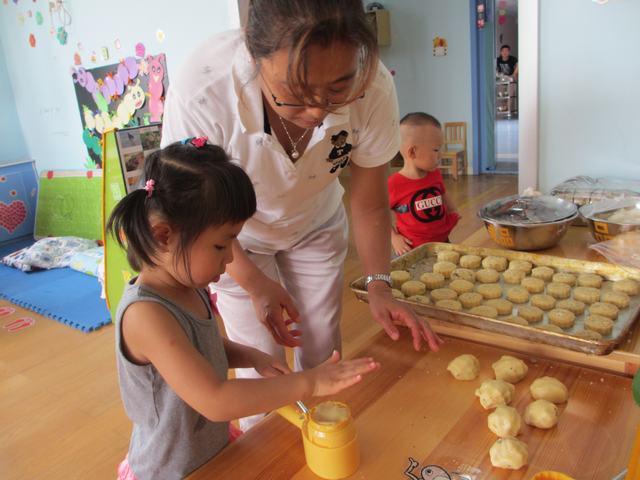 八月十五打月饼 _ 红黄蓝|早教|早教中心