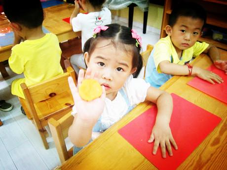 橡皮泥制作月饼 _ 红黄蓝|早教|早教中心