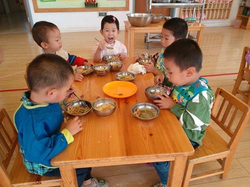 跟幼儿园的小朋友一起吃饭