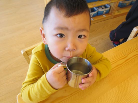 喝水的小孩——好可爱