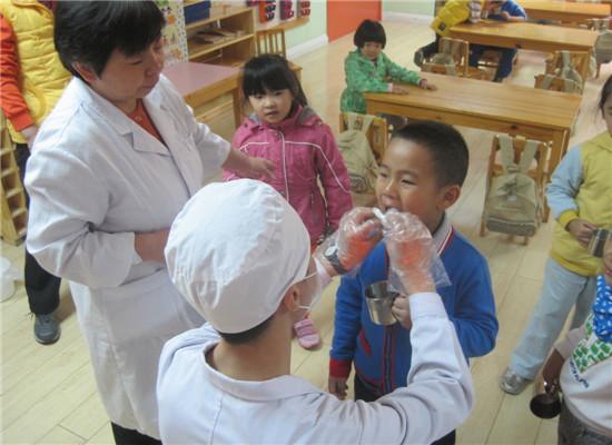 牙齿涂氟 _ 红黄蓝|早教|早教中心