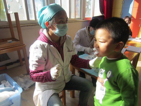 小朋友牙齿涂氟 _ 红黄蓝|早教|早教中心