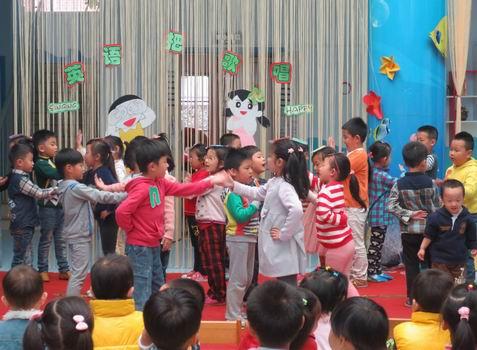 青岛红黄蓝春之都幼儿园英语快乐周之英语欢唱日
