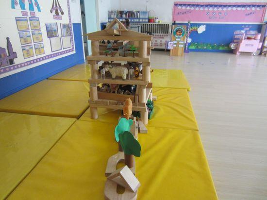我们喜欢在建构区搭建我们想要的动物园