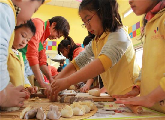 """我园组织大班幼儿举办""""立冬包饺子""""的活动"""