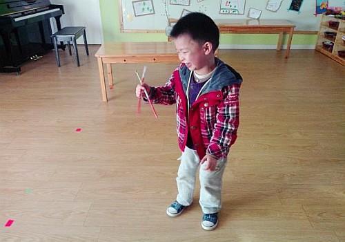用筷子钩织地毯的教学视频
