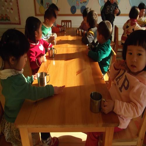 儿童干杯矢量图