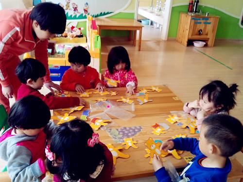 红黄蓝金日紫都幼儿园——我和小熊做游戏