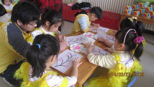 小朋友们开始手指点画了