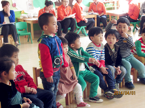 小班孩子的特点,将诗歌制作成ppt、草莓、迎春花等教学课件,再