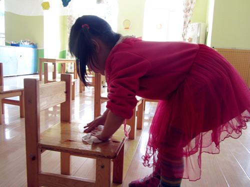 红黄蓝金日紫都幼儿园--我们一起擦椅子