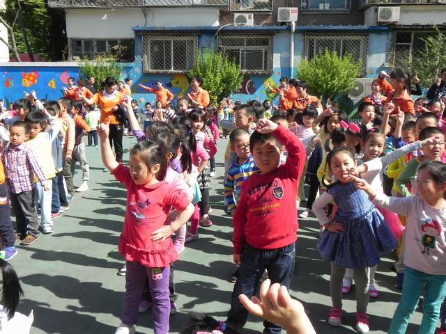红黄蓝右安门幼儿园举行了升旗仪式