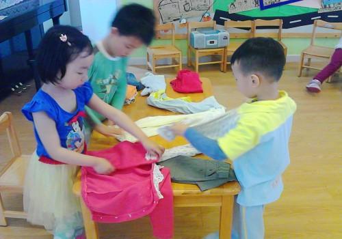 第二组的小朋友开始整理衣服