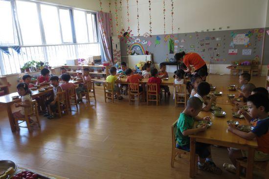 幼儿园里的自助餐